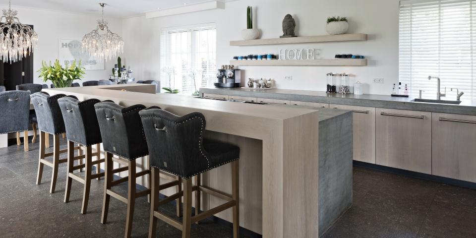 Keuken Eiken Werkblad : De grote koel-vriescombinatie van 180 cm breed is bekleed met RVS. Het