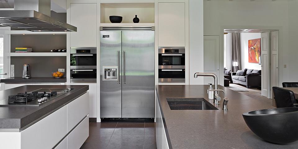 Deze moderne keuken is gemaakt van massief eikenhout en is in kleur ...