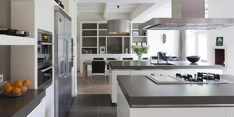 Keuken Nieuwbouwwoning : Deze moderne keuken is gemaakt van massief eikenhout en is in kleur