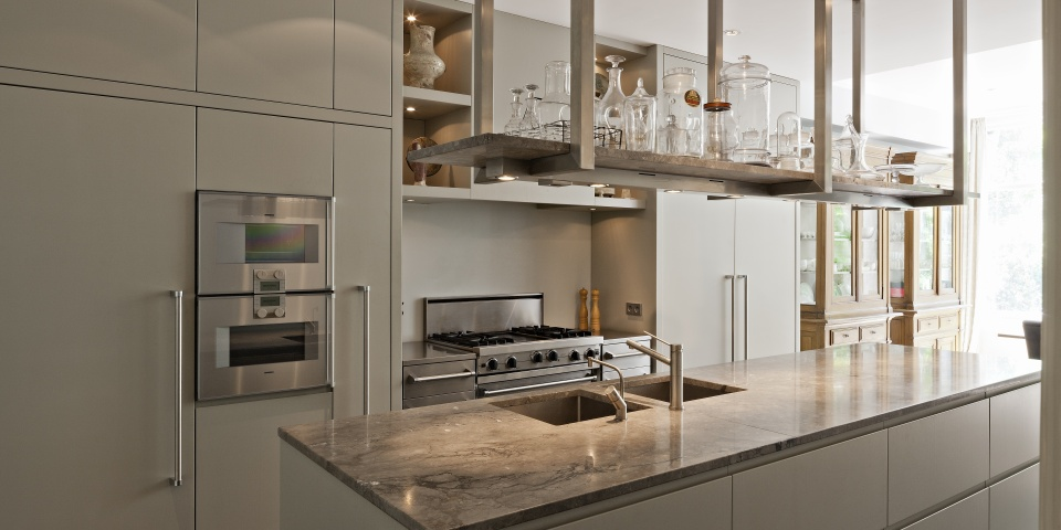 Werkblad Keuken Op Maat : hangt een op maat gemaakt rek van RVS waar eenzelfde marmeren blad op