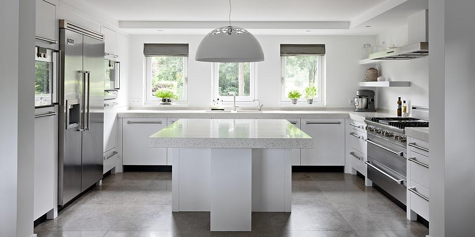Hanglamp Boven Keuken : eikenhouten keuken met terrazzo werkblad deze strakke moderne keuken