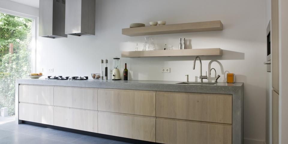 moderne keuken in amsterdam met houten fronten en betonnen werkblad de ...