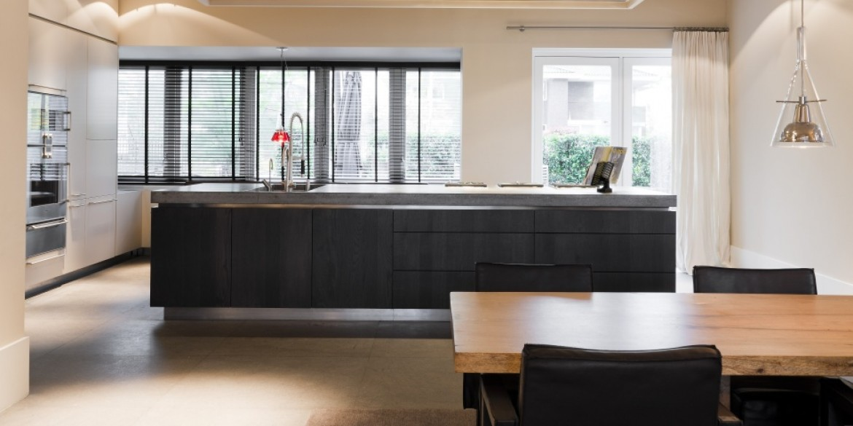 Hollands maatwerk moderne greeploze keuken - Grote keuken met kookeiland ...