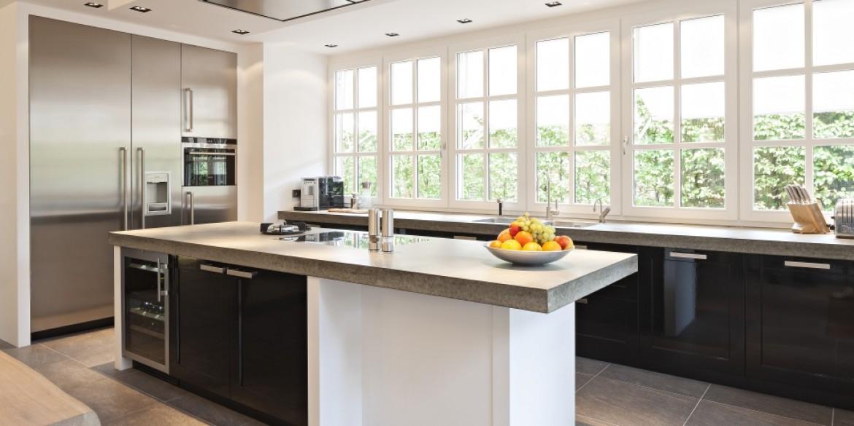 Keuken Met Betonnen Werkblad : Zwarte hoogglans keuken met betonnen werkblad